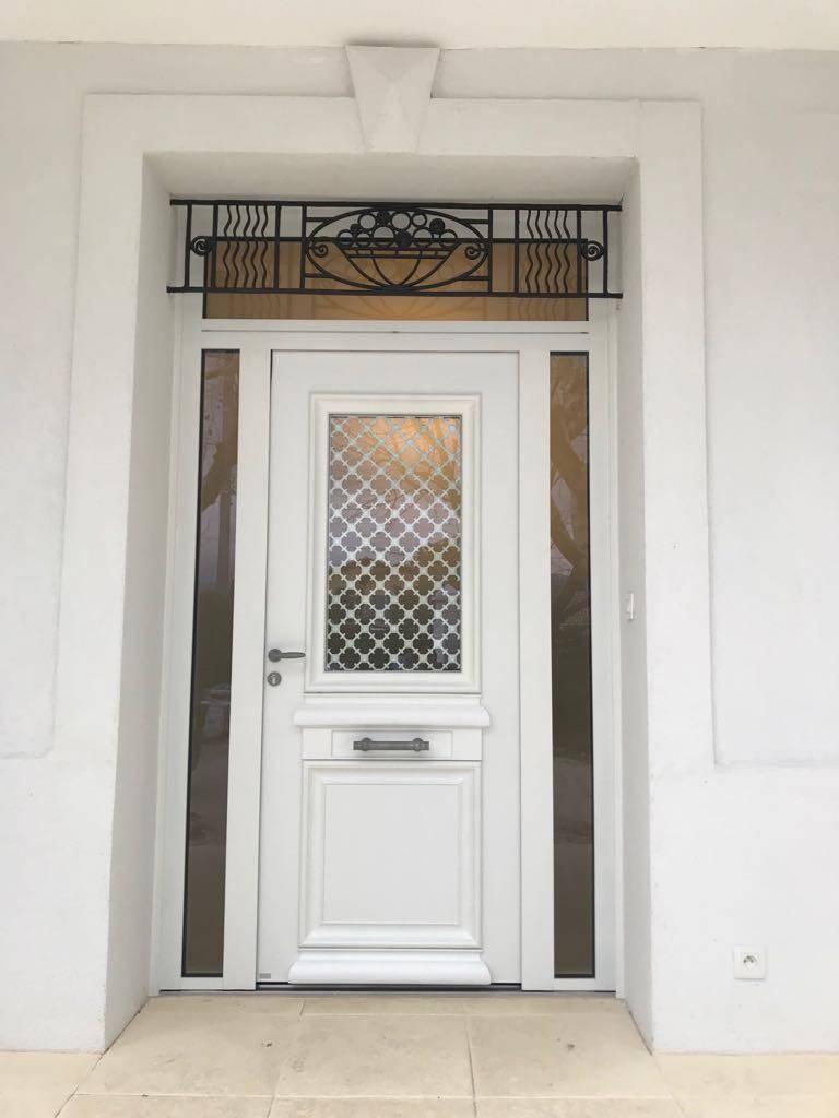 Porte d'entrée blanche en aluminium sur mesure qui est fabriquée par la marque Française BeL'M ...