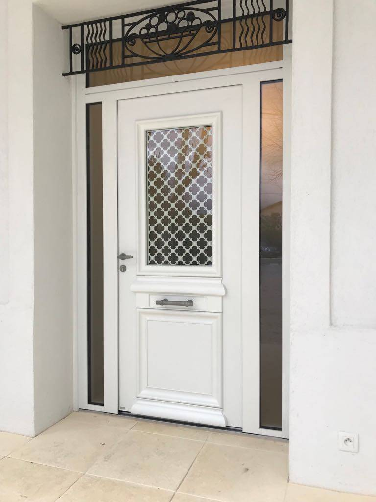porte d 39 entr e blanche en aluminium de bel 39 m sur marseille. Black Bedroom Furniture Sets. Home Design Ideas